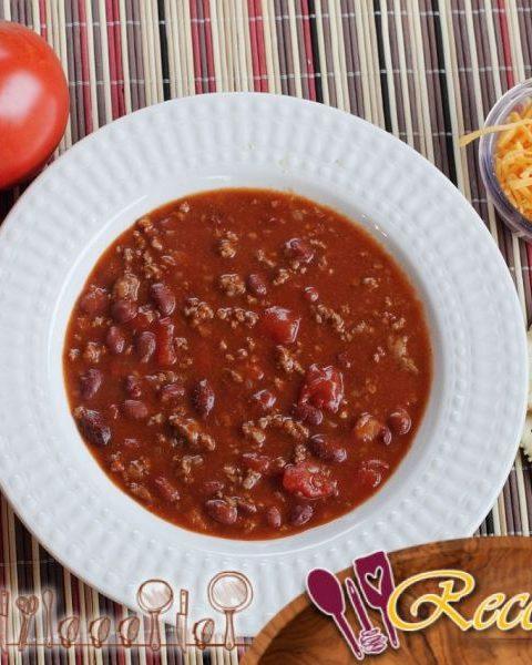 Chili con carne en una olla de cocción lenta