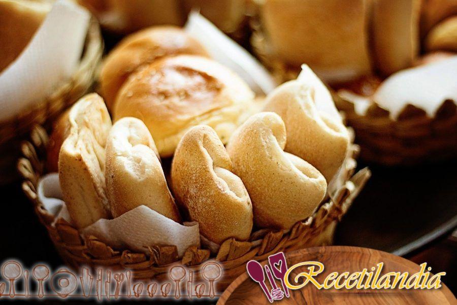 Pan de piña y coco con frutas exóticas