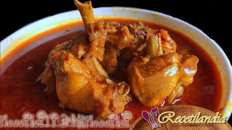 Pollo a la cazuela con cebolla, tomate, vino blanco y chorizo