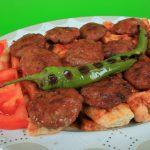 Filetes de venado con corteza de hierbas y salsa de rábano picante