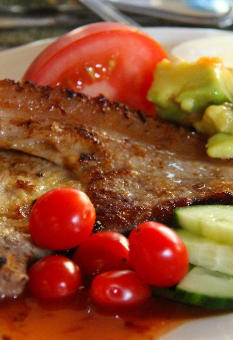 Barbacoa de cerdo con hojas de aguacate
