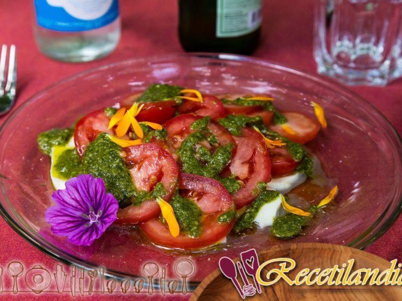 Berenjenas asadas, tomates y pesto