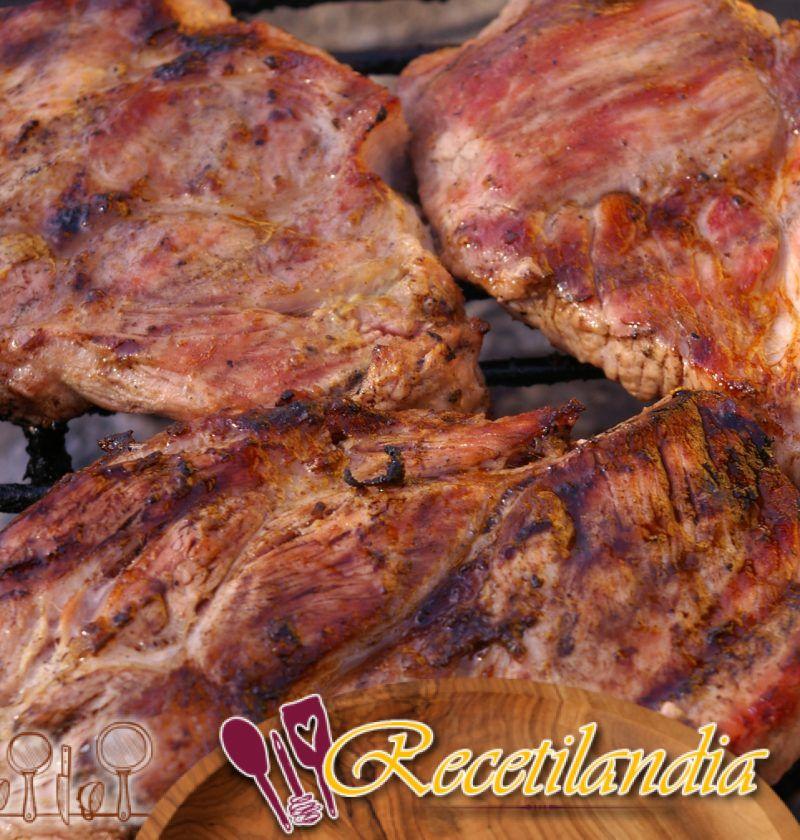 Cerdo a la parrilla con condimentos asiáticos y salsa barbacoa Chinatown y chiles rellenos