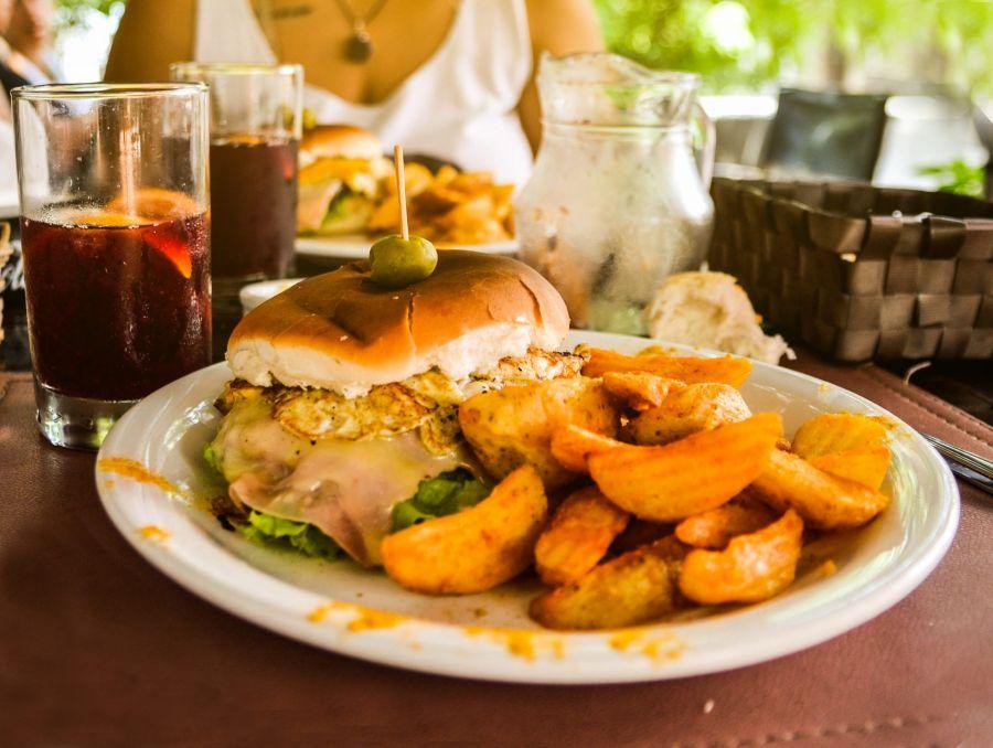 Chivito (El asombroso sándwich de carne y huevo de Uruguay)