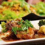 Cordero oriental con condimento de cilantro