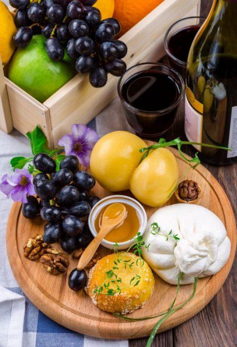 Ensalada de frutas de verano, burrata y albahaca