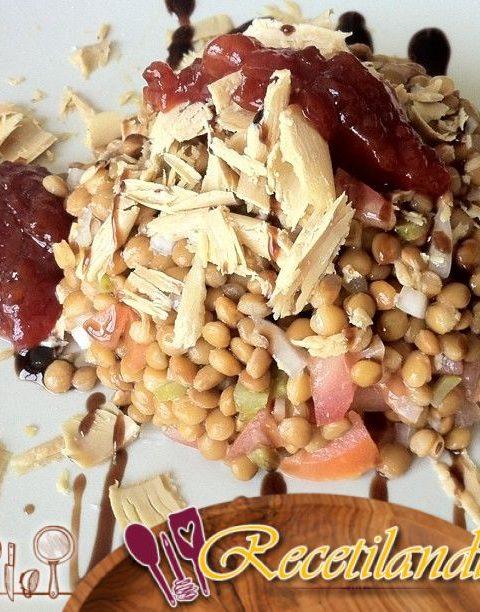Ensalada de lentejas con huevos de codorniz y salmón ahumado en vídeo