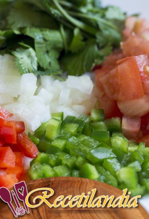 Ensalada de pimientos a la parrilla con grosellas, alcaparras y queso feta