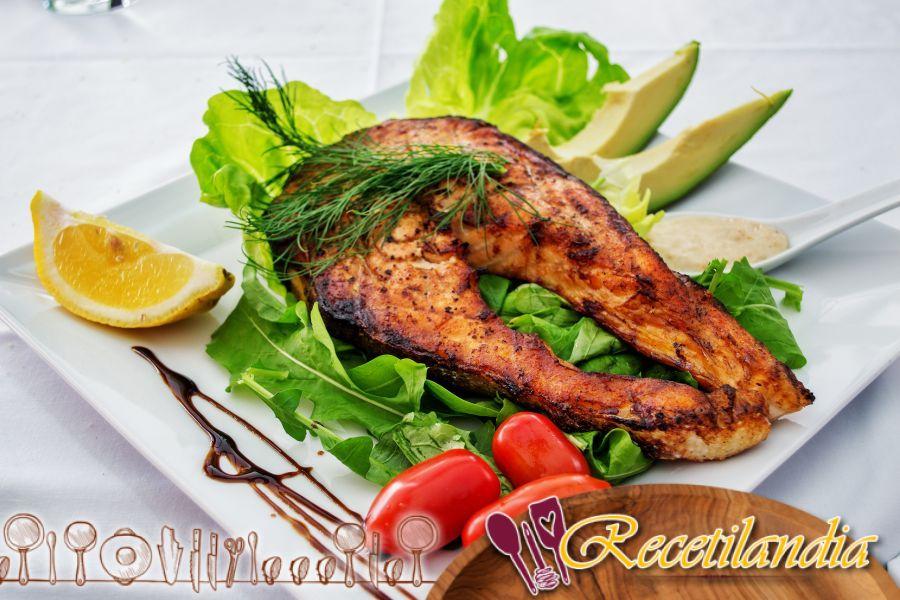 Ensalada tibia de pollo con limón y aguacate