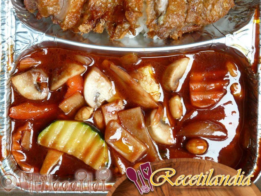 Filete de pato asado con melocotones, espinacas y manzanas asadas