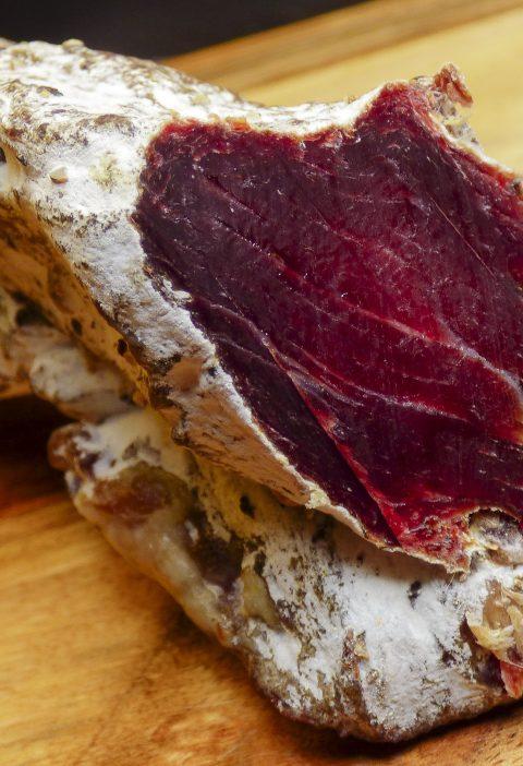 Lomo de cerdo asado ahumado con salsa de ojos rojos