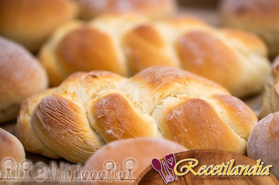 Pan de mantequilla para el aperitivo con queso parmesano, gruyère suizo y pimiento de Espelette