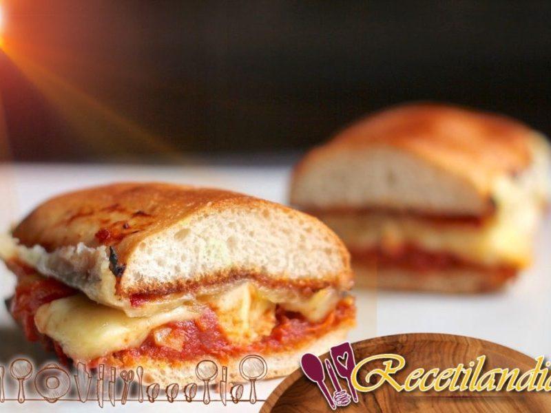 Paninis con tomates triturados, pollo y queso