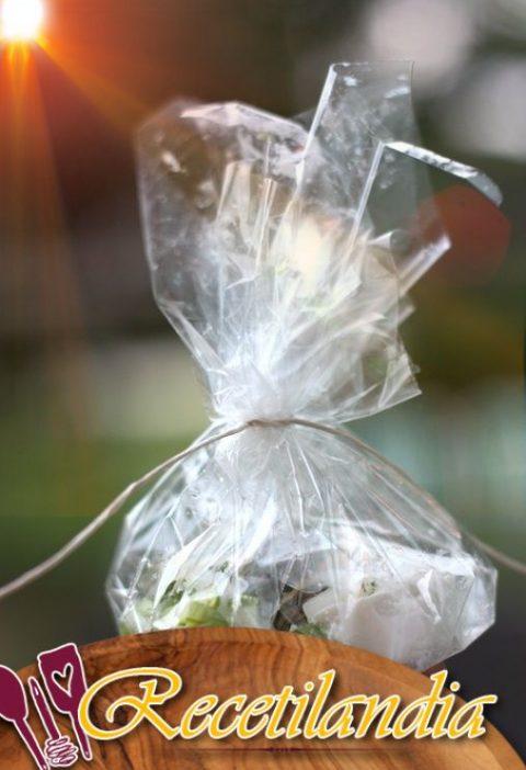 Papillote de bacalao con espárragos y queso de cabra fresco