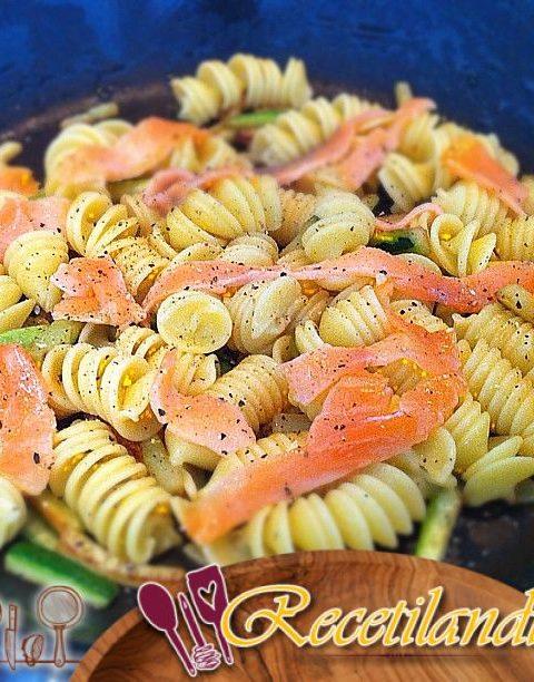Pasta wok con espárragos verdes y bacalao