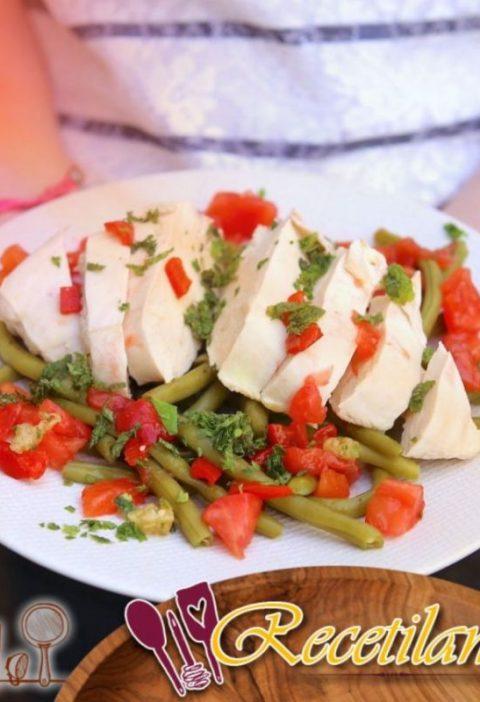 Pechugas de pollo escalfadas y judías verdes, salsa virgen