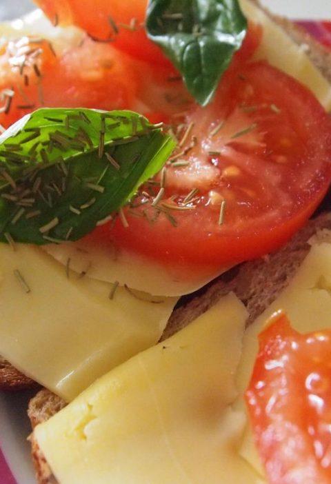 Pinchos de salmón con salsa de albahaca