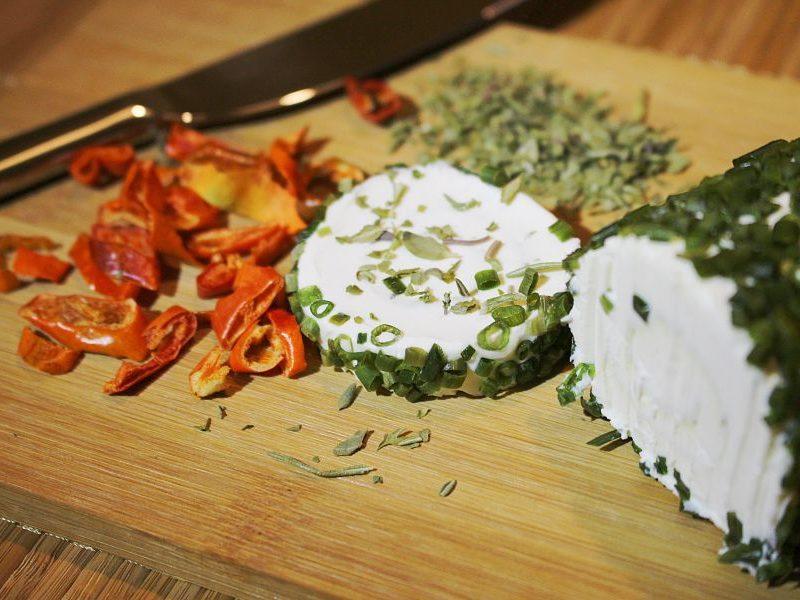 Plato de queso de cabra con hierbas