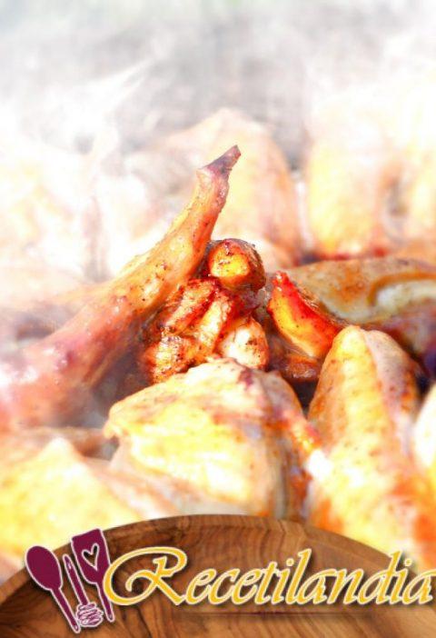 Pollo ahumado en rostizador con verduras de raíz de bandeja por goteo