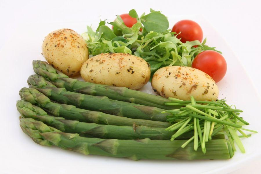 Pollo con patatas y espárragos verdes