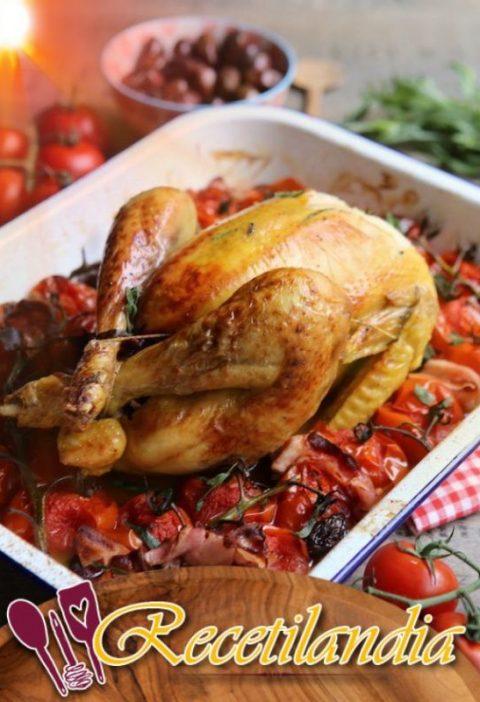 Pollo con tomates, tocino ahumado y aceitunas negras