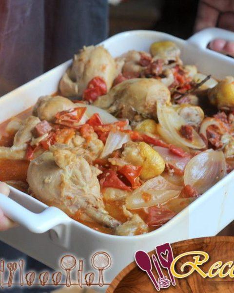Pollo en cazuela con cebolla, tomate, vino blanco y chorizo