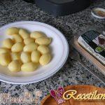Crema de canónigos, huevos de codorniz y tocino ahumado
