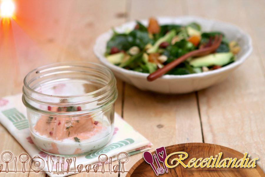 Salmón con eneldo y bayas rosadas, ensalada de canónigos clementinos, aguacate y avellanas