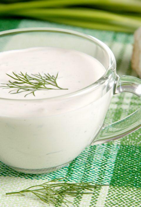Salsa de crema agria y eneldo