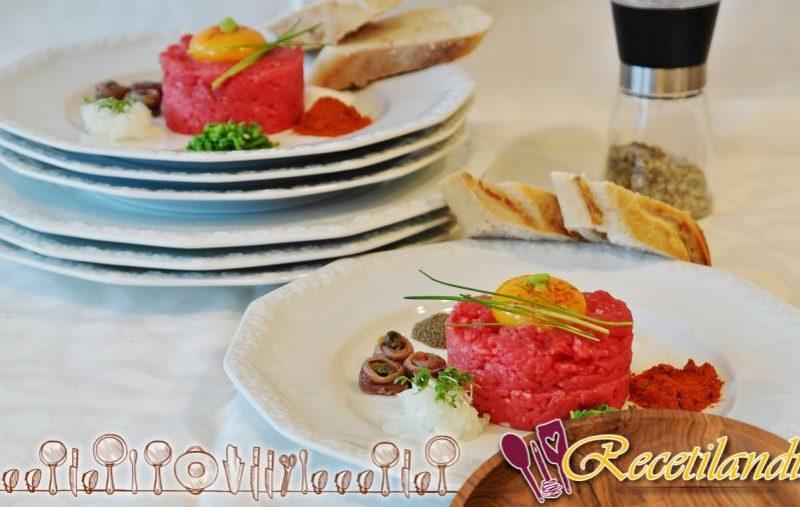 Tártaro de salmón con albahaca y wasabi