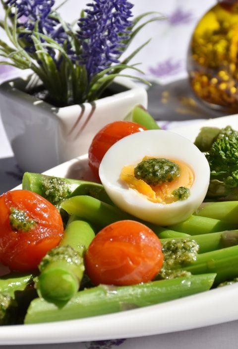 """Una nueva """"ensalada de huevo"""" con verduras a la parrilla"""